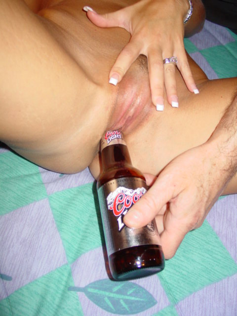 Себе бутылку запихиваю